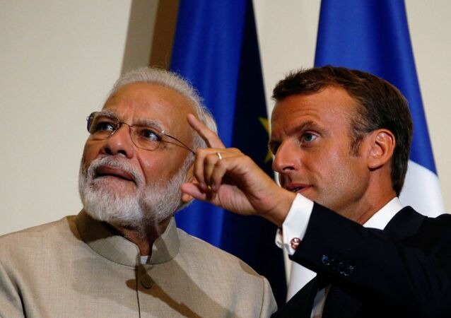 Narendra Modi et Emmanuel Macron en 2019 (Photo by PASCAL ROSSIGNOL / POOL / AFP)
