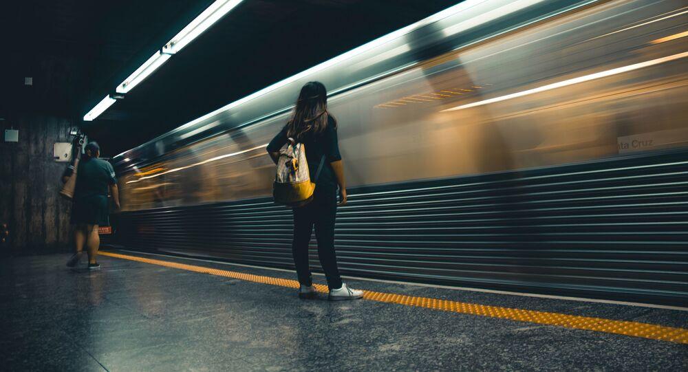 Une femme dans le métro