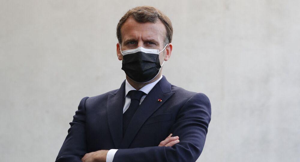 Le Président de la République française Emmanuel Macron lors d'un déplacement au commissariat de police de Montpellier, le 19 avril 2021