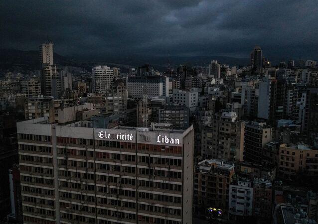 Une vue de Beyrouth plongé dans l'obsurité suite à une panne d'électricité, le 3 avril 2021