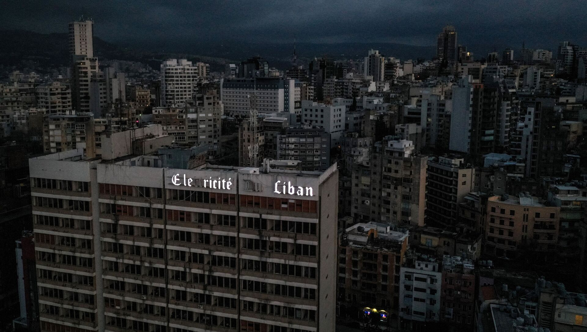 Une vue de Beyrouth plongé dans l'obsurité suite à une panne d'électricité, le 3 avril 2021 - Sputnik France, 1920, 08.09.2021