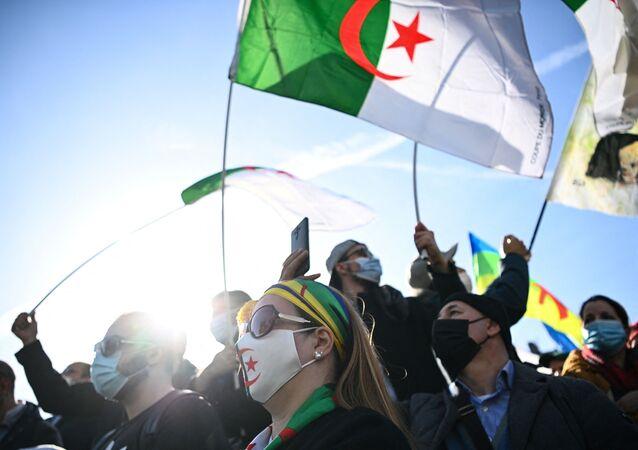 Des manifestants algériens