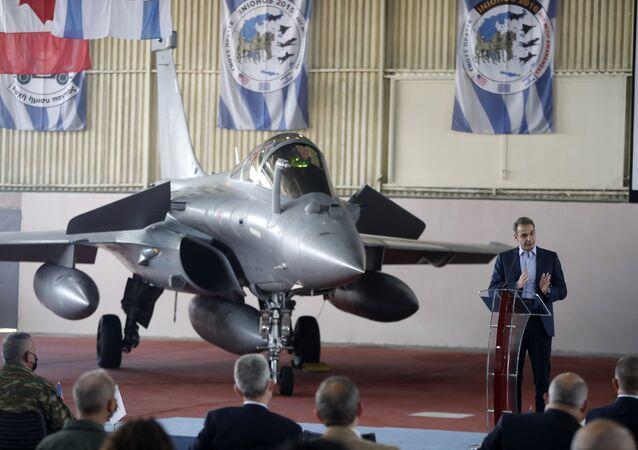 Le Premier ministre grec Kyriakos Mitsotakis  tient un discours à côté d'un Rafale français lors des exercices militaires Inichos, le 20 avril 2021