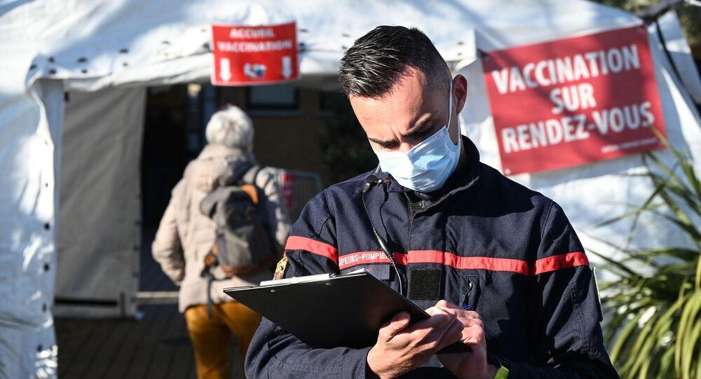 Un pompier se tient près d'une caserne de pompiers transformée en un centre de vaccination près de Montpellier