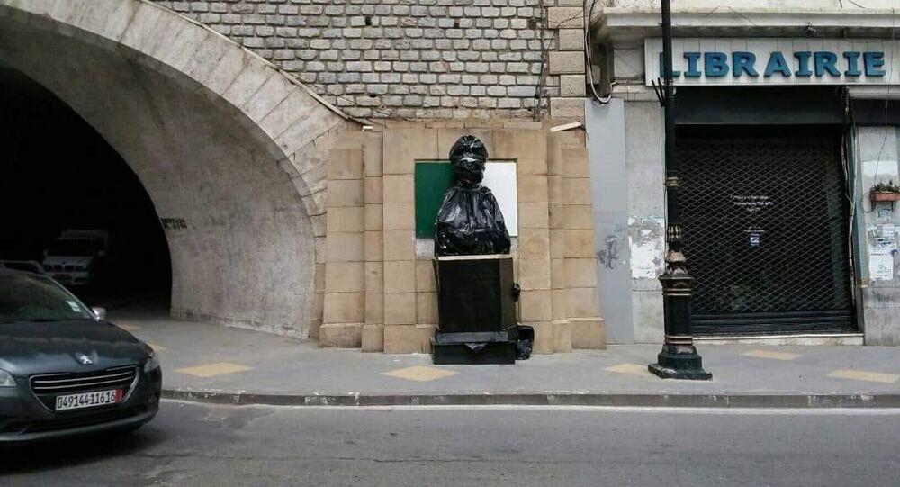 Le buste et la plaque ont été une nouvelle fois recouverts d'un film plastique noir en attendant de trouver une «solution»