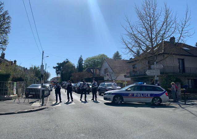 Devant le commissariat de Rambouillet après l'attaque au couteau, le 23 avril 2021
