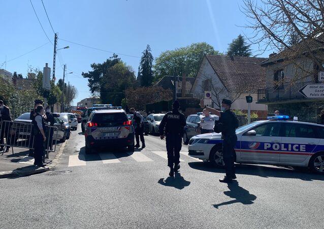 Devant le commissariat de Rambouillet après l'attaque du 23 avril 2021
