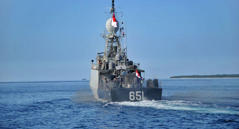 Un patrouiller indonésien quitte la base navale à Banyuwangi alors que l'opération de recherche du sous-marin disparu