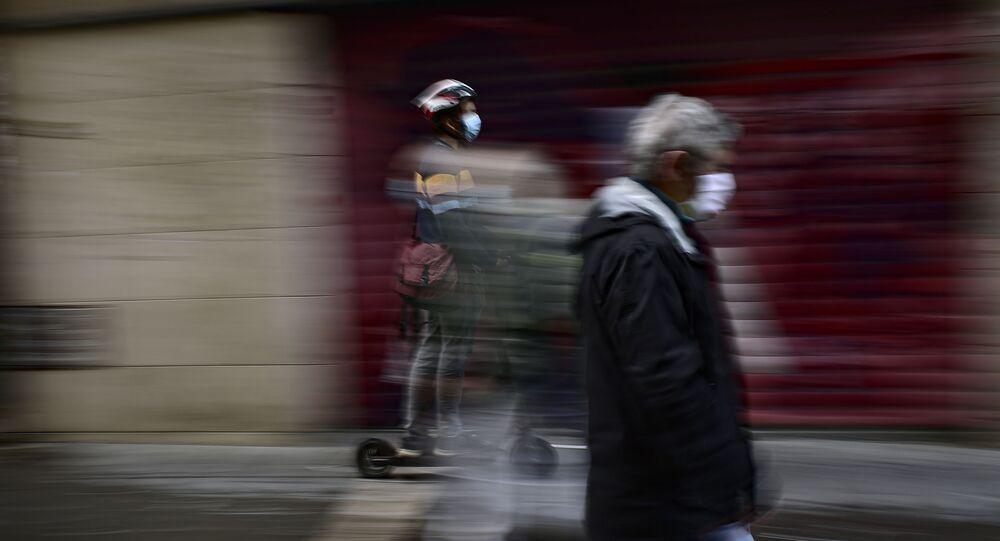 Un homme portant une masque en Espagne (image d'illustration)