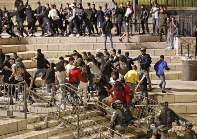 Dispersion des protestataires palestiniens par les forces de l'ordre à Jérusalem