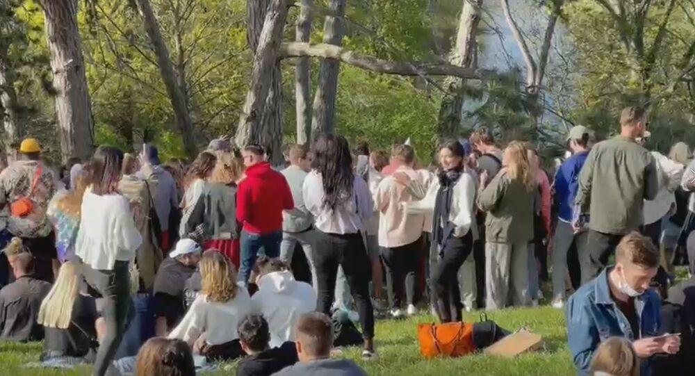 Plusieurs centaines de jeunes ont dansé en plein air dans le parc des Buttes-Chaumont à Paris 25 avril 2021