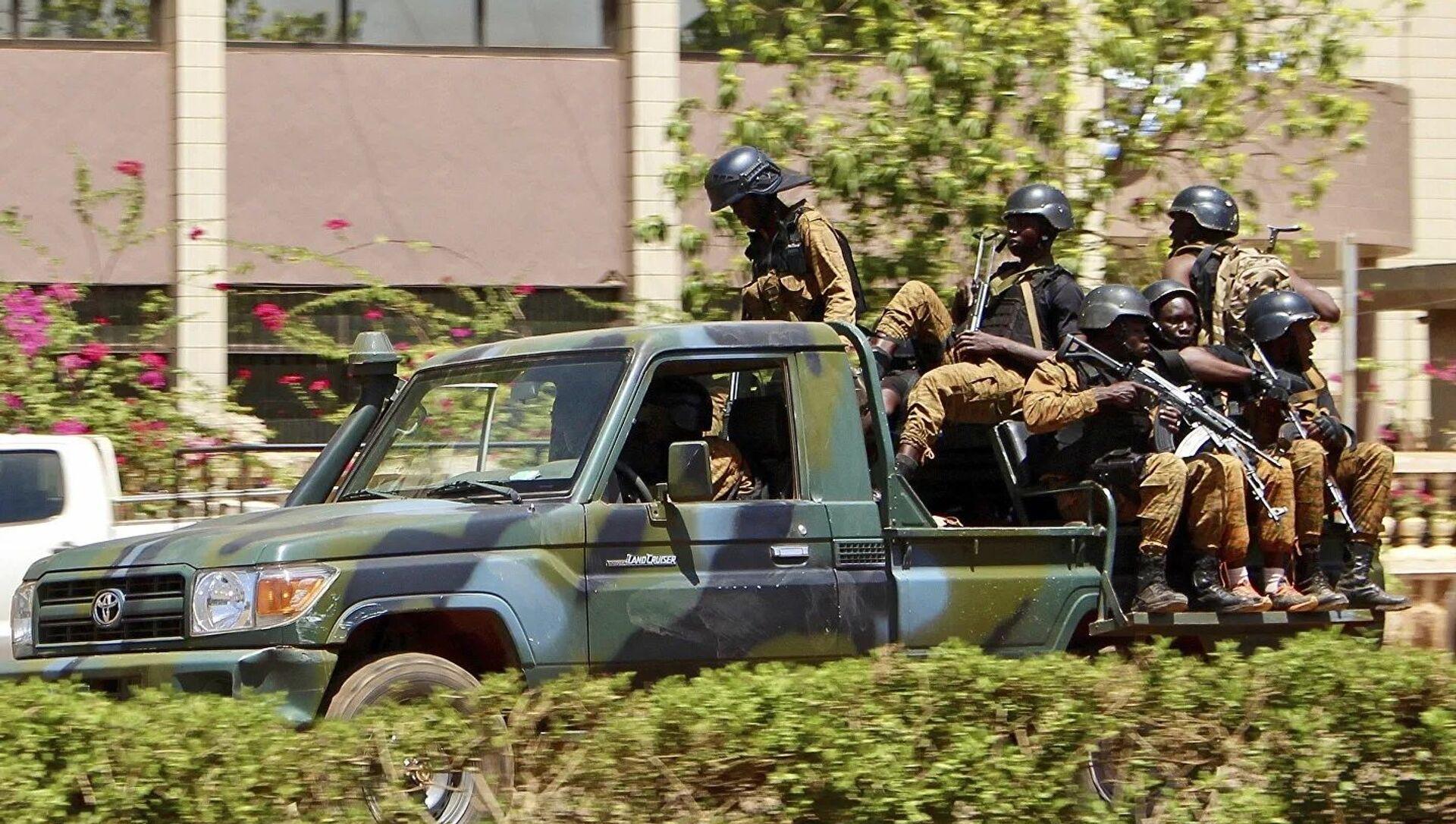 Des militaires roulent dans un véhicule près de l'ambassade de France à Ouagadougou, au Burkina Faso - Sputnik France, 1920, 17.08.2021