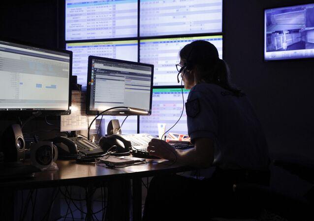 Surveillance sur internet par une gendarme du Centre d'Opérations et de Renseignement de la gendarmerie française (CORG) à Evry-Courcouronnes, juillet 2020