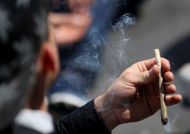 Un fumeur de cannabis