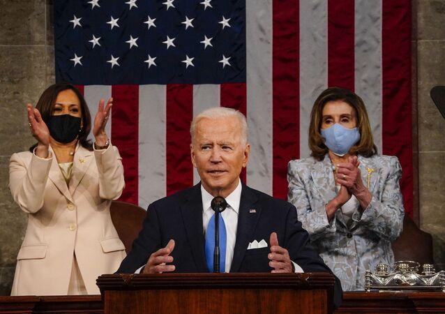 Le Président américain Joe Biden prononce un discours devant le Congrès devant la Présidente de la Chambre des représentants des États-Unis Nancy Pelosi et la Vice-présidente Kamala Harris, le 28 avril 2021