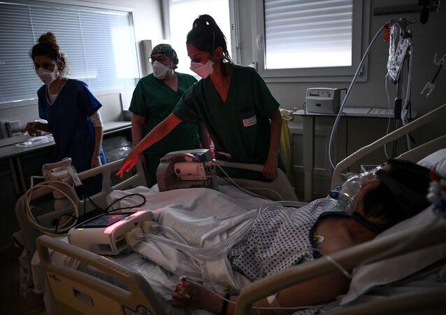 Des soignants dans une unité de soins intensifs dans l'hôpital Saint-Camille à Bry-Sur-Marne