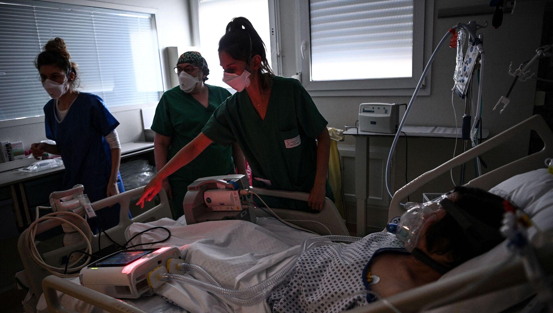 Des soignants dans une unité de soins intensifs dans l'hôpital Saint-Camille à Bry-Sur-Marne - Sputnik France, 1920, 26.07.2021