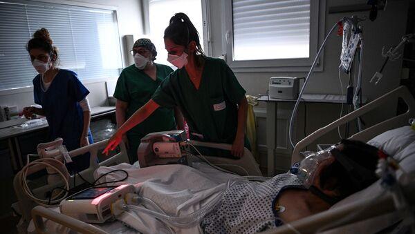Des soignants dans une unité de soins intensifs dans l'hôpital Saint-Camille à Bry-Sur-Marne - Sputnik France