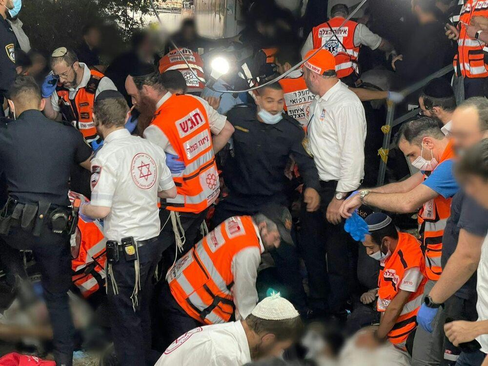 L'intervention de médecins et sauveteurs à Méron, théâtre de la bousculade qui a coûté la vie à 45 personnes