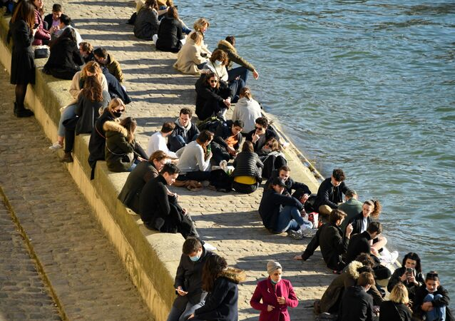 Des gens sur un quai de la Seine à Paris (photo d'archives)