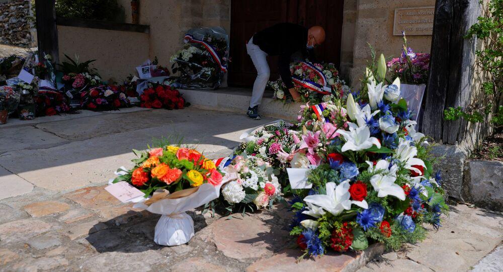 Couronnes de fleurs après l'attentat de Rambouillet