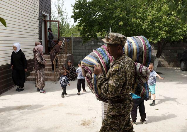 Evacuation de civils à la frontière entre le Kirghizstan et le Tadjikistan (Photo by STRINGER / AFP)