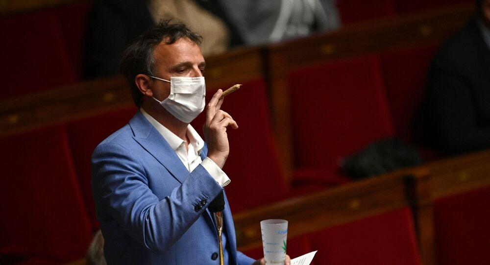 Le député Francois-Michel Lambert brandit un joint devant l'Assemblée nationale