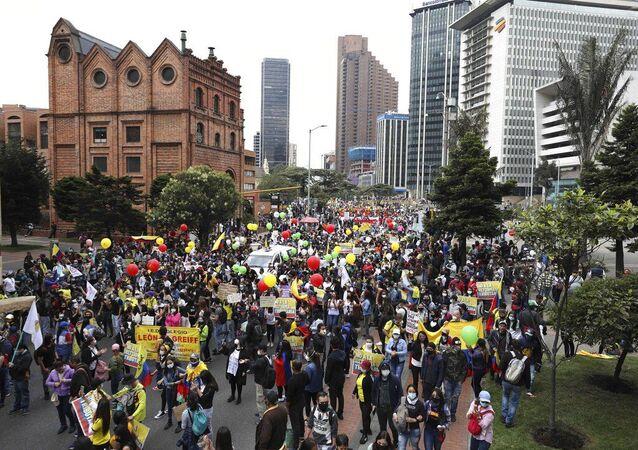 Des manifestants lors d'une journée de grève nationale contre le projet de réforme fiscale à Bogota, Colombie, le 28 avril 2021