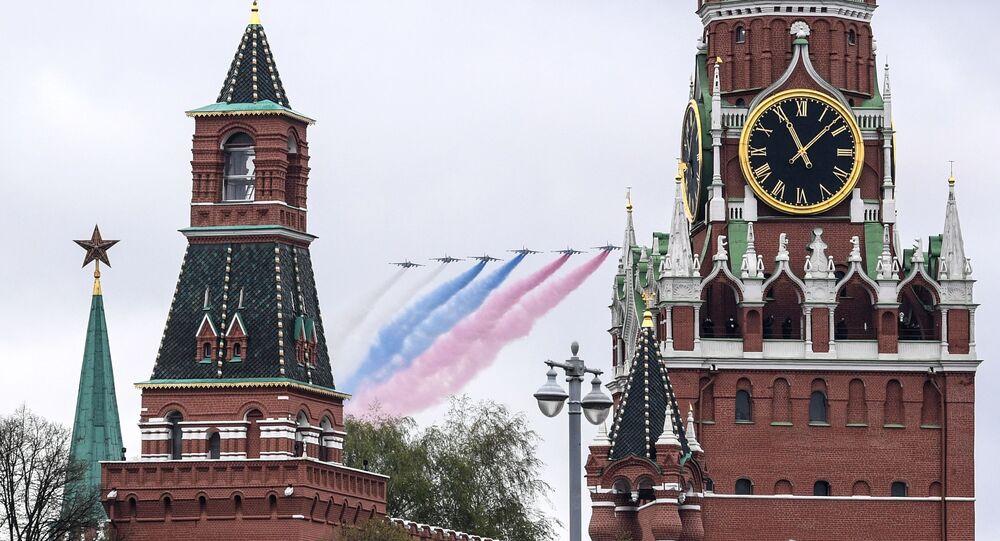 Le drapeau tricolore russe dans le ciel de Moscou pendant le volet aérien du défilé militaire du 9 mai 2021