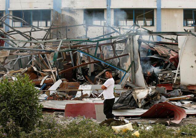 Un Palestinien près le site d'une frappe israélienne