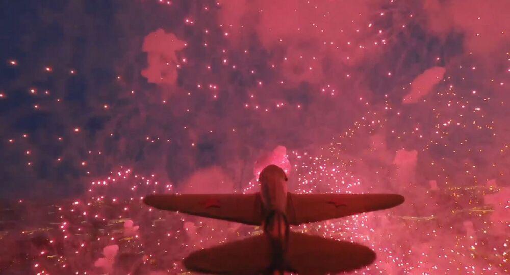 Un modèle d'avion soviétique de la 2GM, avec un drone attaché, a survolé le feu d'artifice le Jour de la Victoire à Saint-Pétersbourg.