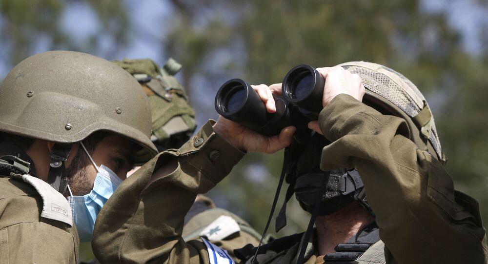 Un militaire israélien surveille la Ligne bleue qui constitue la ligne de retrait d'Israël du sud-Liban (archive photo)