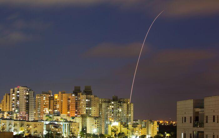 Le système antiaérien Dôme de fer intercepte des roquettes tirées depuis la bande de Gaza, le 13 mai 2021