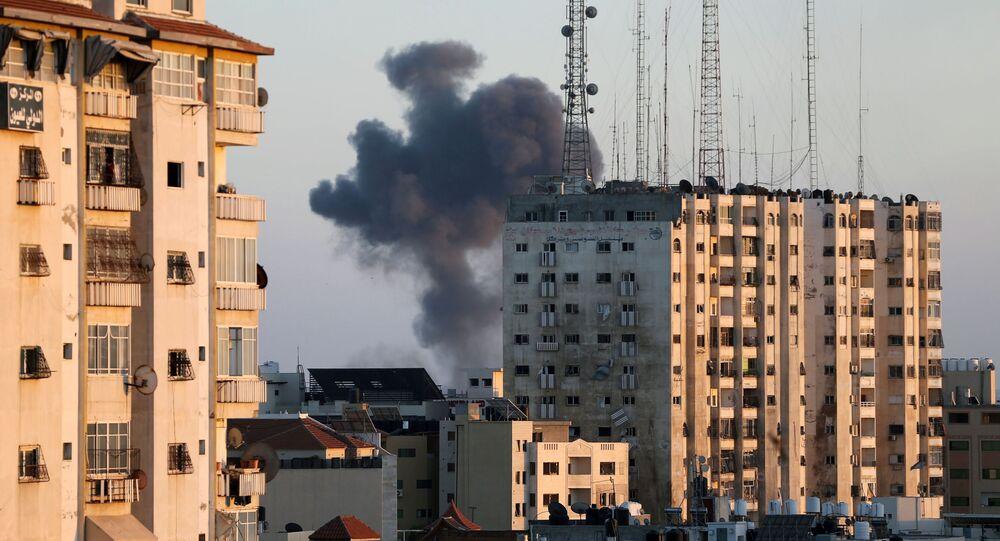 Un bâtiment touché par une frappe aérienne israélienne à  Gaza, le 13 mai 2021