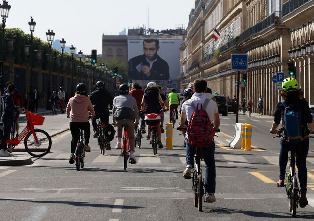 Des cyclistes rue de Rivoli à Paris
