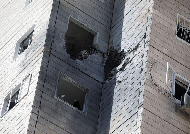 Un immeuble endommagé par une roquette tirée depuis la bande de Gaza, à Ashkelon, le 11 mai 2021