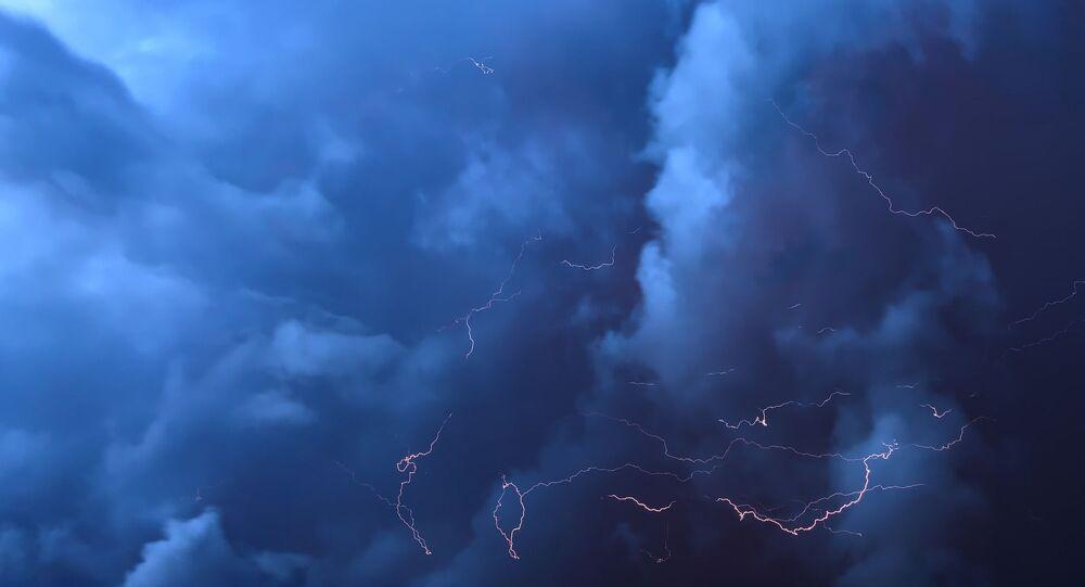 Nuages, éclairs (image d'illustration)