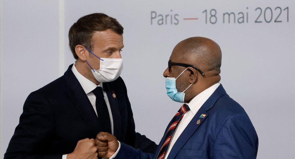 Emmanuel Macron salut Azali Assoumani au sommet consacré au financement des économies africaines, le 18 mai 2021 à Paris