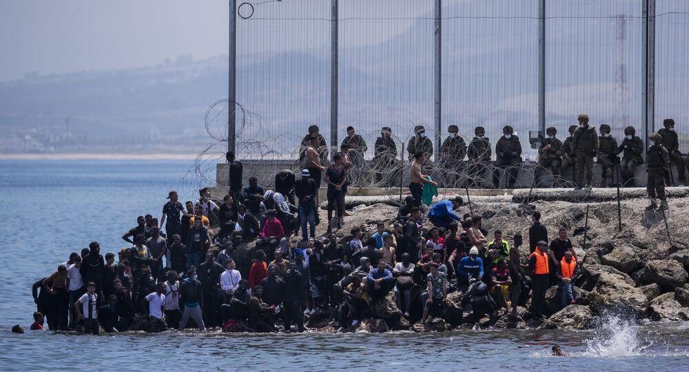Des migrants passent la frontière entre Ceuta et le Maroc
