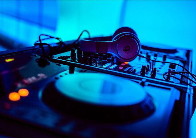 Table de mixage, en discothèque (image d'illustration)