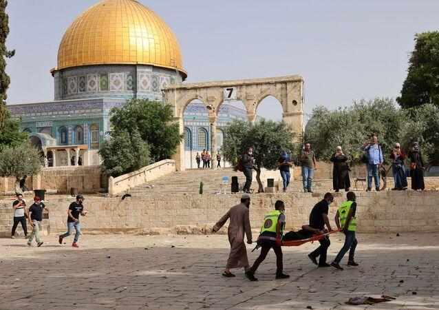 Évacuation des Palestiniens blessés après des heurts devant la mosquée al-Aqsa, le 10 mai 2021