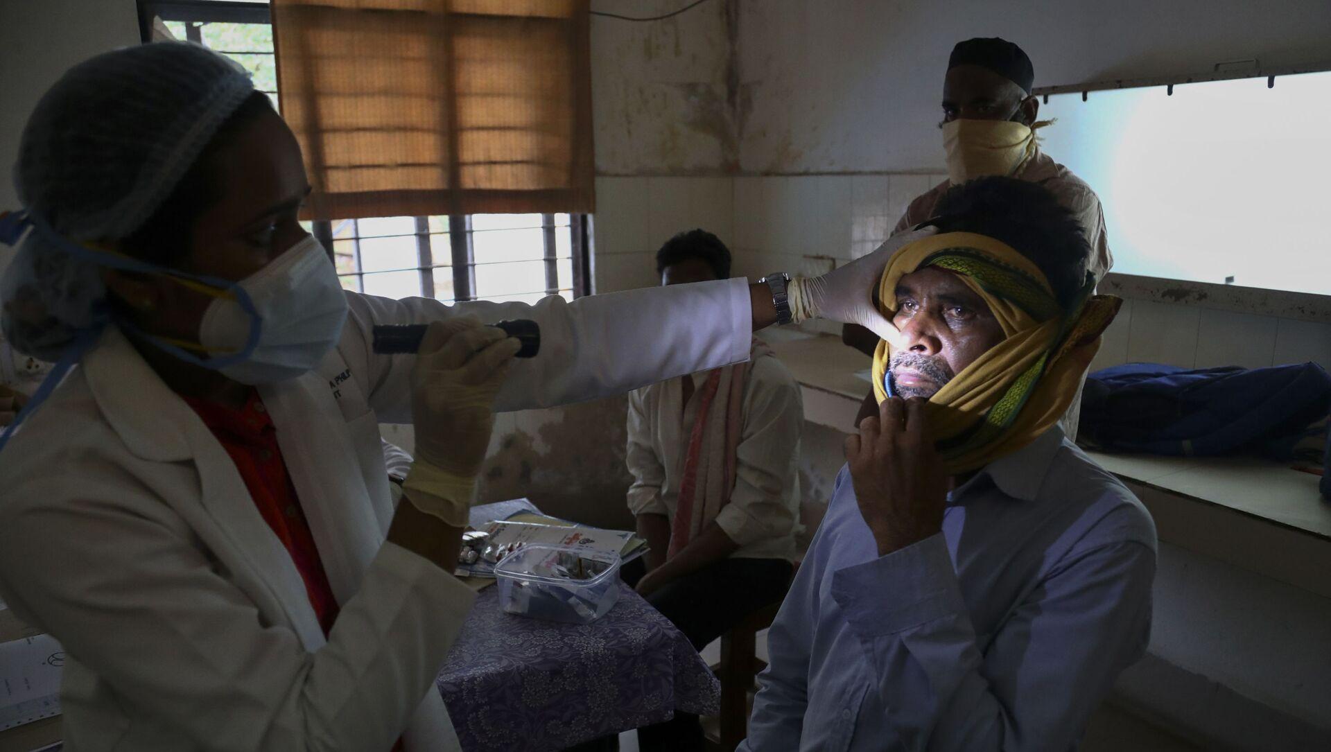 Un médecin indien examine un patient ayant guéri du Covid-19, mais atteint de mucormycose, le 20 mai 2021 - Sputnik France, 1920, 08.09.2021