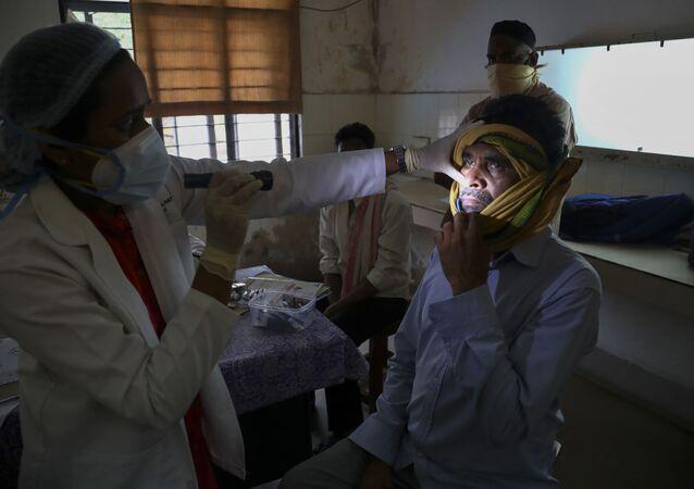 Un médecin indien examine un patient ayant guéri du Covid-19, mais atteint de mucormycose, le 20 mai 2021