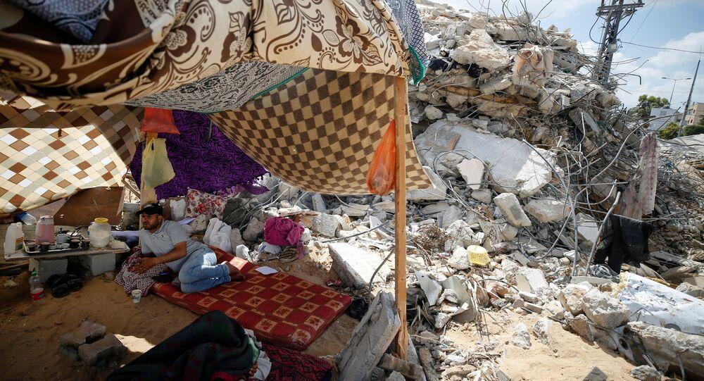Un Palestinien près d'une maison détruite par une frappe israélienne dans la bande de Gaza (archive photo)