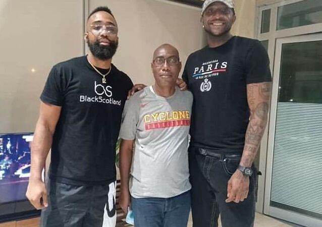 Les deux basketteurs américains du Abidjan Azur Basketball en compagnie du président d club Éric Poby