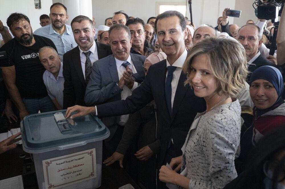 Bachar el-Assad et son épouse dans un bureau de vote lors de la présidentielle syrienne de 2021 (archive photo)