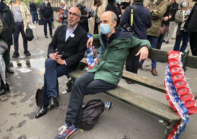 Un collectif informel des Parisiens a acheté un banc Davioud pour l'offrir à la Mairie