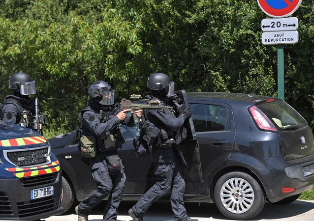 Une équipe de la gendarmerie nationale (GIGN) près du site de l'attaque contre une policière à La Chapelle-sur-Erdre
