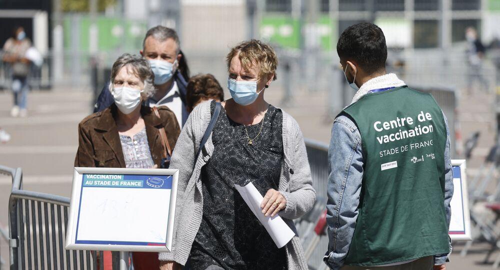 Des gens attendent devant le Stade de France à Saint-Denis pour se faire vacciner (photo d'archives)