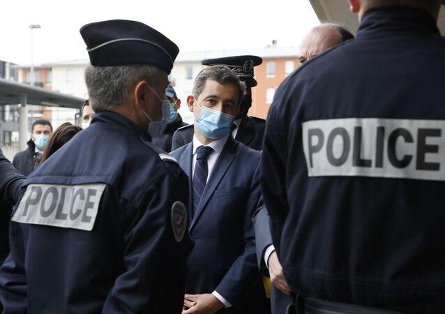 Le ministre de l'Intérieur Gérald Darmanin entouré de policiers à Beauvais, mars 2021